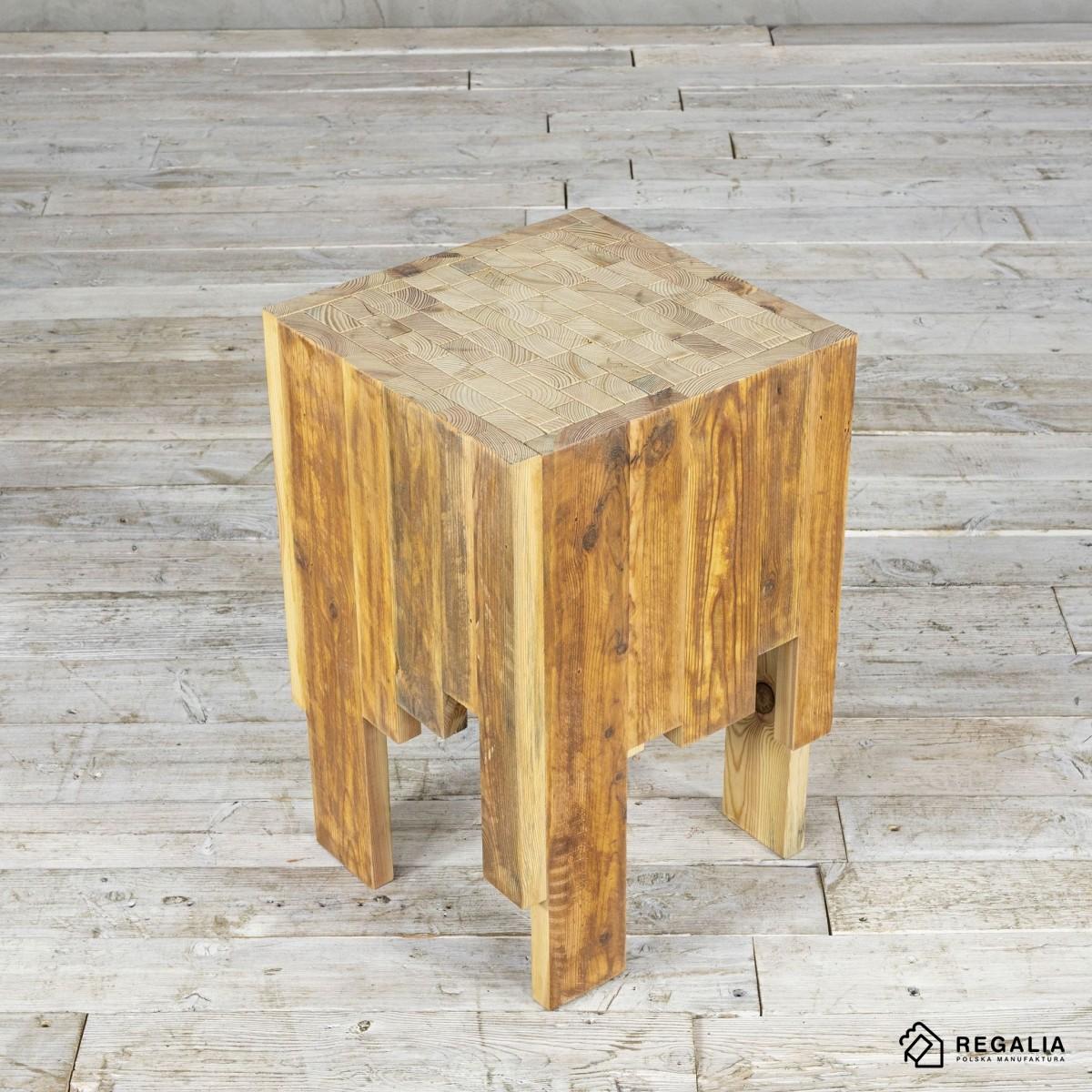 Recyklingowy stołek ze starych desek - naturalny